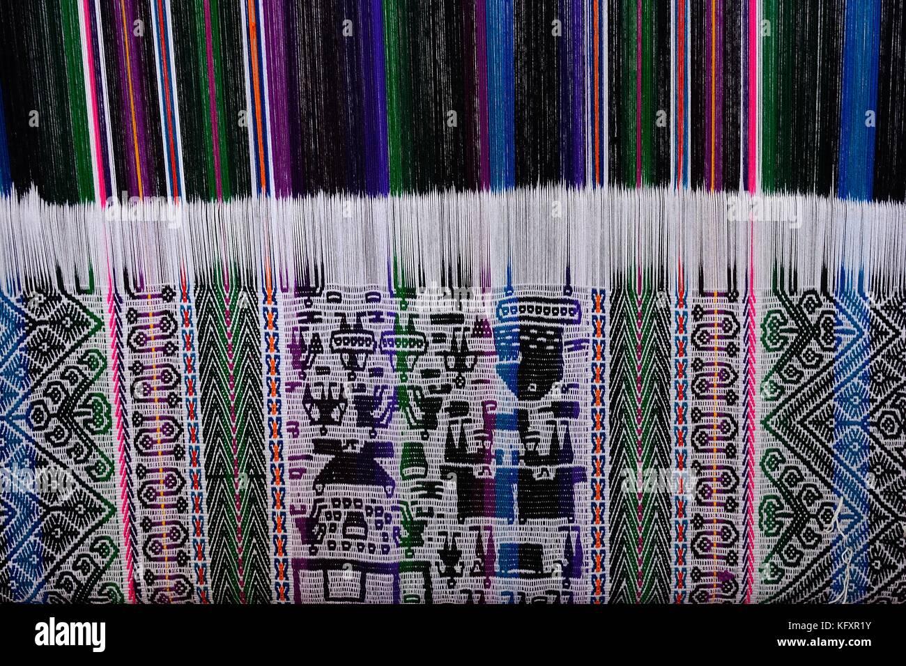 El tejido de telas con patrones típicos, museo de arte indígena, Sucre, Chuquisaca, Bolivia Imagen De Stock