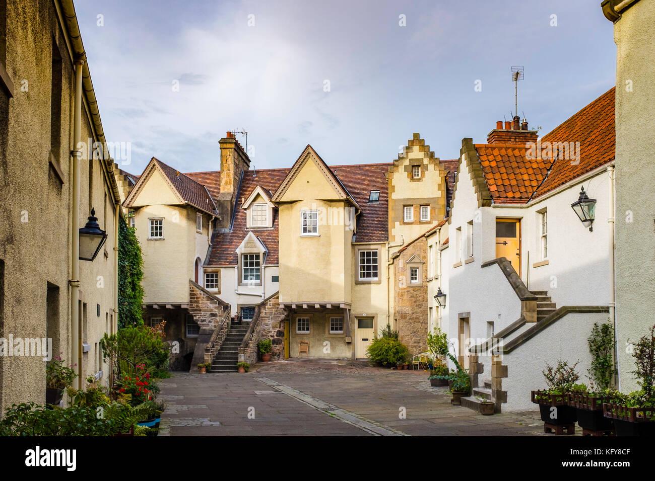 Vista de caballo blanco cerca de Edimburgo, un antiguo patio bordeado con casas, Scotland, Reino Unido Imagen De Stock