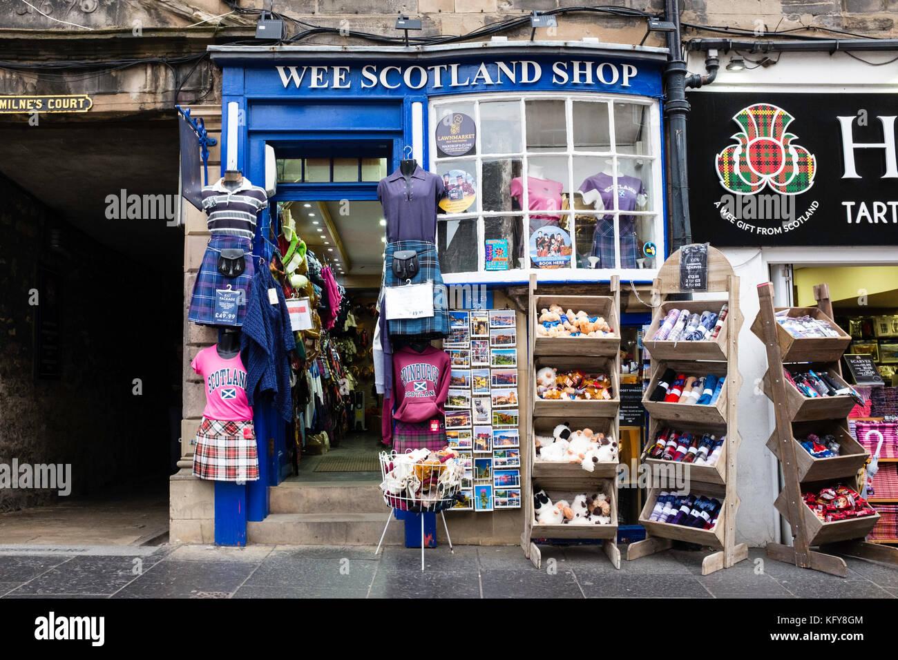 Exterior de la típica tienda de recuerdos para turistas en la Royal Mile de Edimburgo, Escocia, Reino Unido. Imagen De Stock