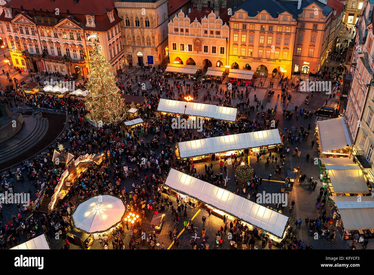Praga, República Checa - Diciembre 11, 2016: Vista desde arriba en el famoso mercado navideño en la Plaza Imagen De Stock