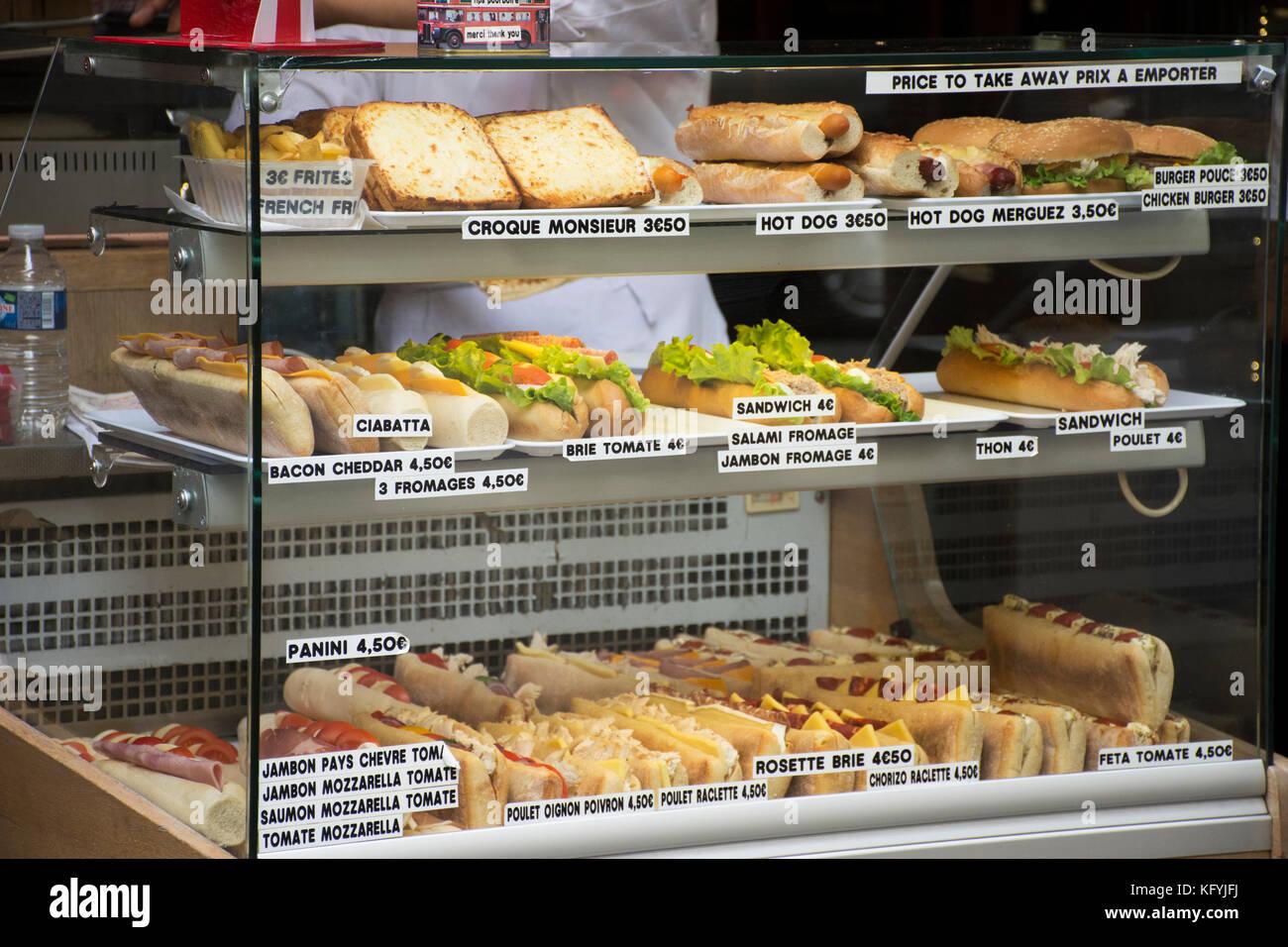 Dulces y sándwiches estilo francés para su venta a la gente en un restaurante en París, Francia Foto de stock