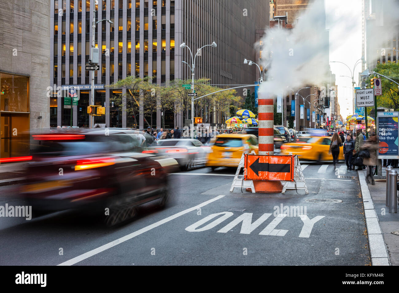 Cada día en Nueva York. El tráfico en 49 th Street y tubo de vapor Imagen De Stock