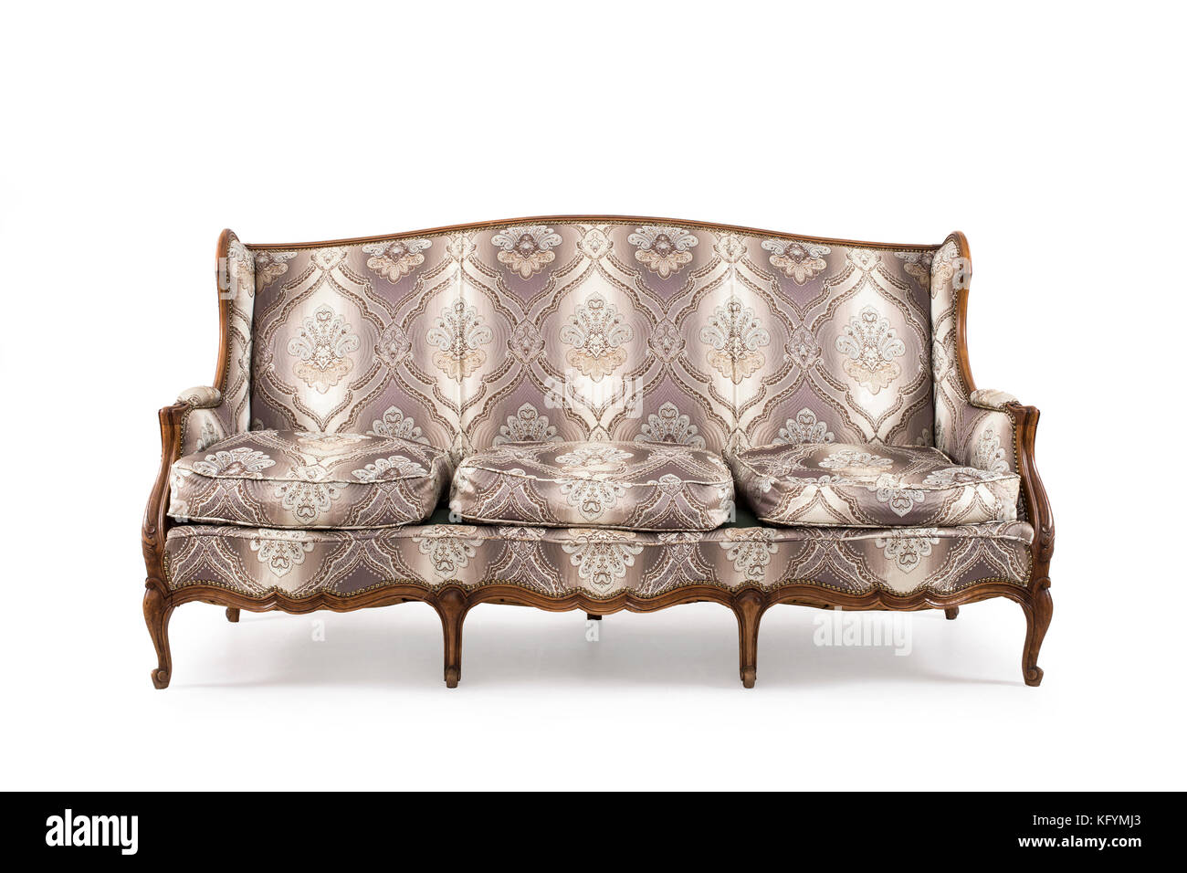 Sofá de madera antiguos sobre fondo blanco. Imagen De Stock