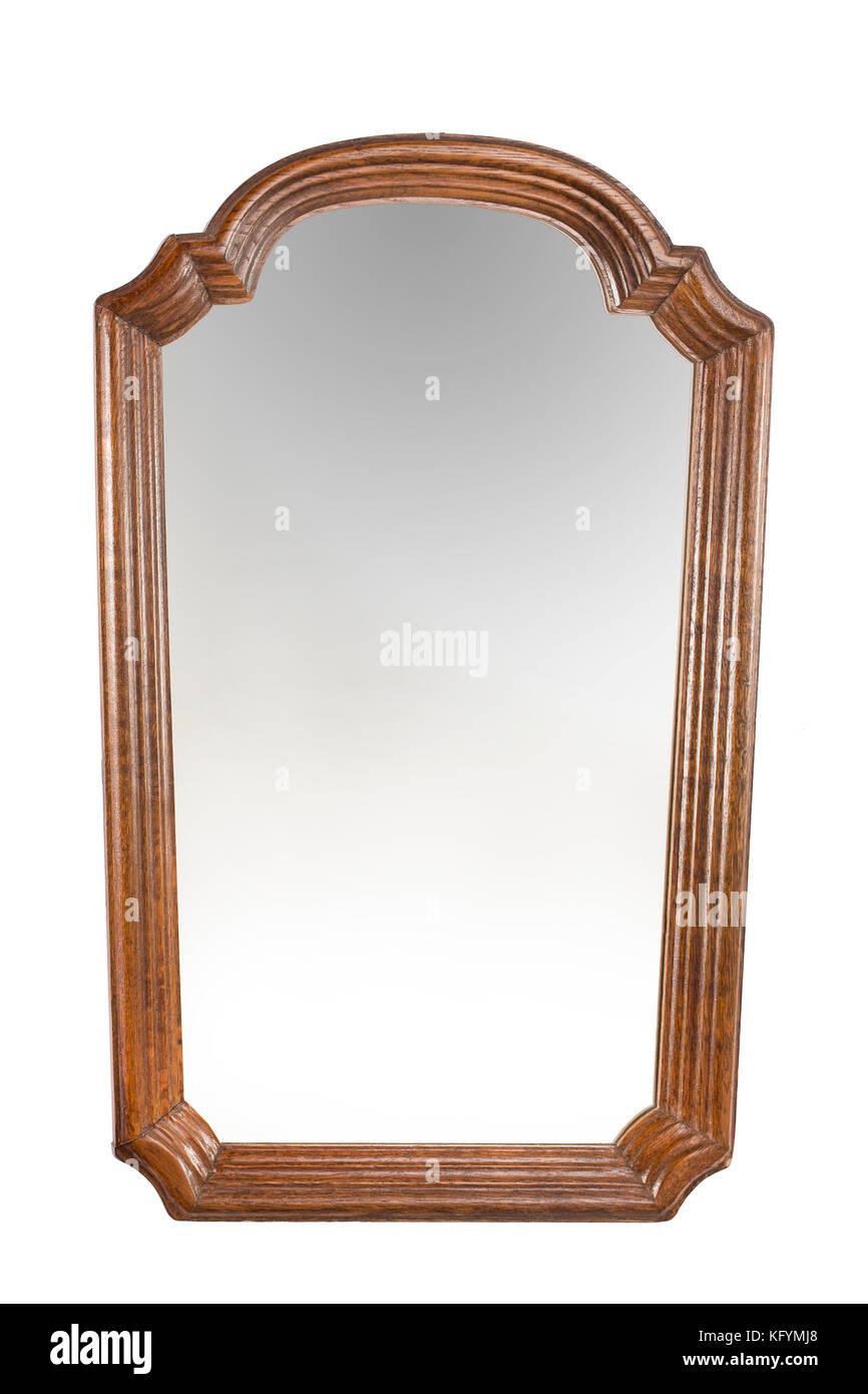Espejo antiguo con marco de madera sobre el fondo blanco for Espejos con marco de madera blanco