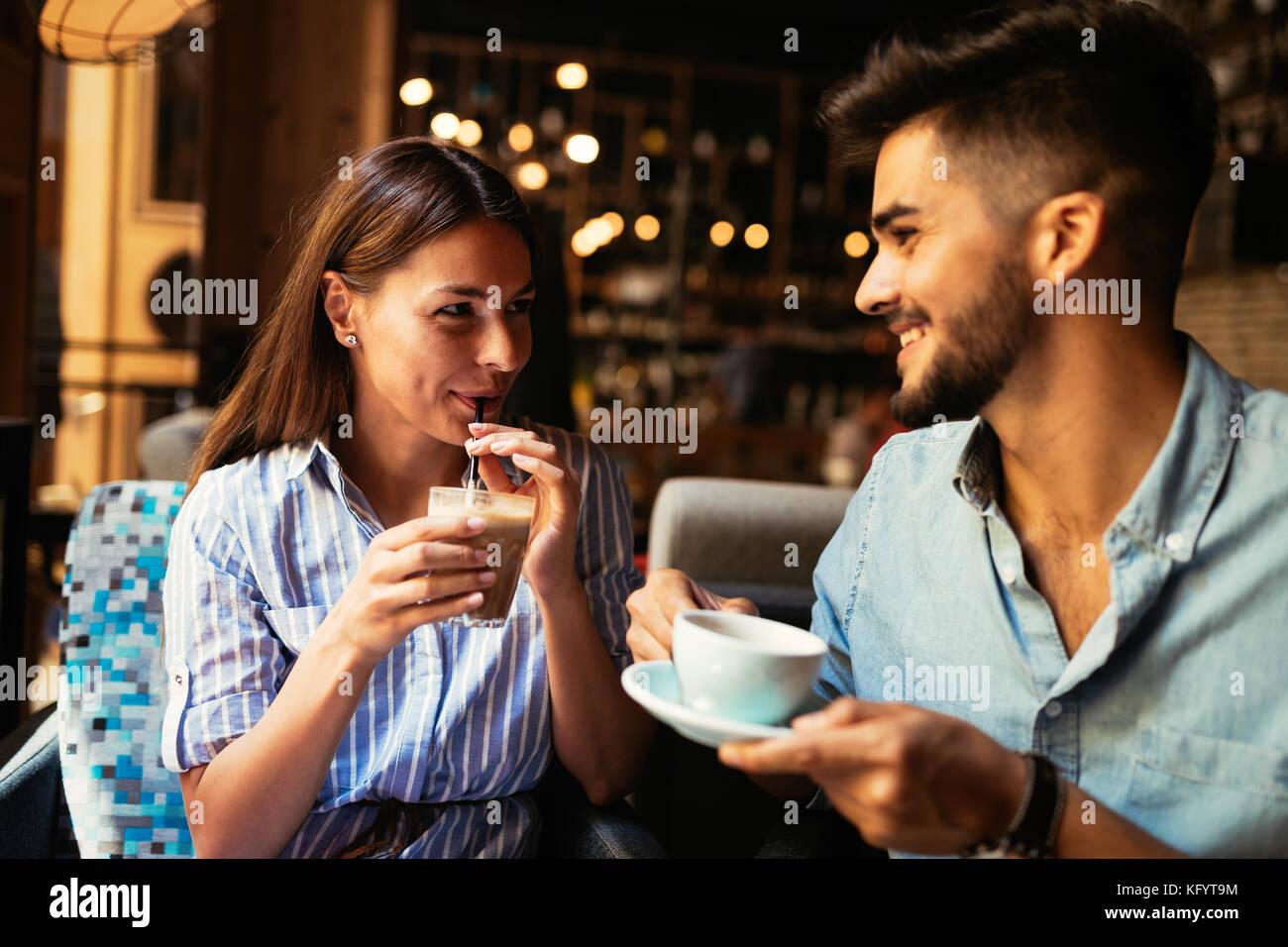 Joven pareja atractiva en la fecha en la cafetería. Imagen De Stock