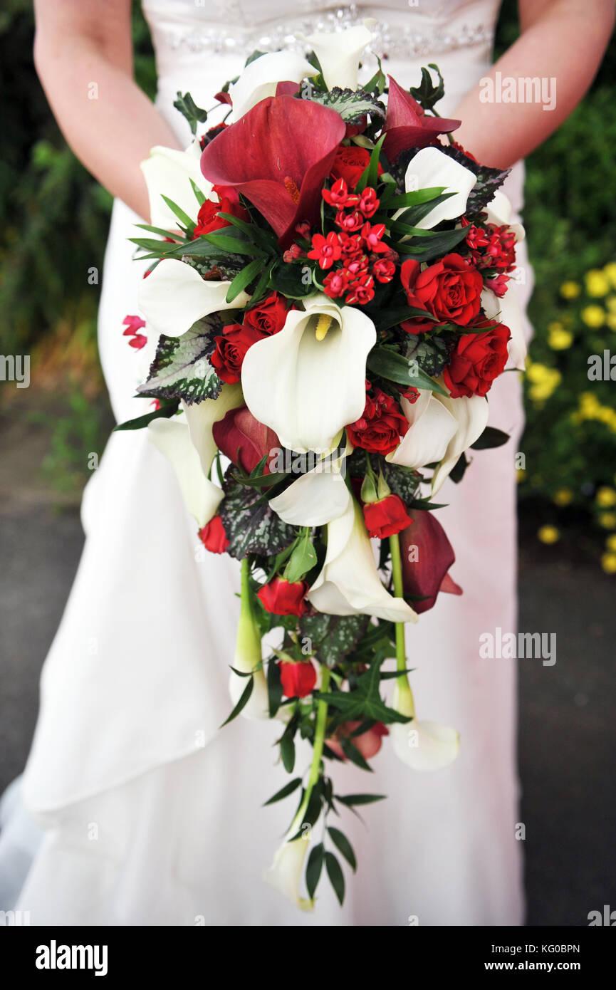 Ramo De Novia Con Flores Rojas Y Blancas Celebradas Por La Novia