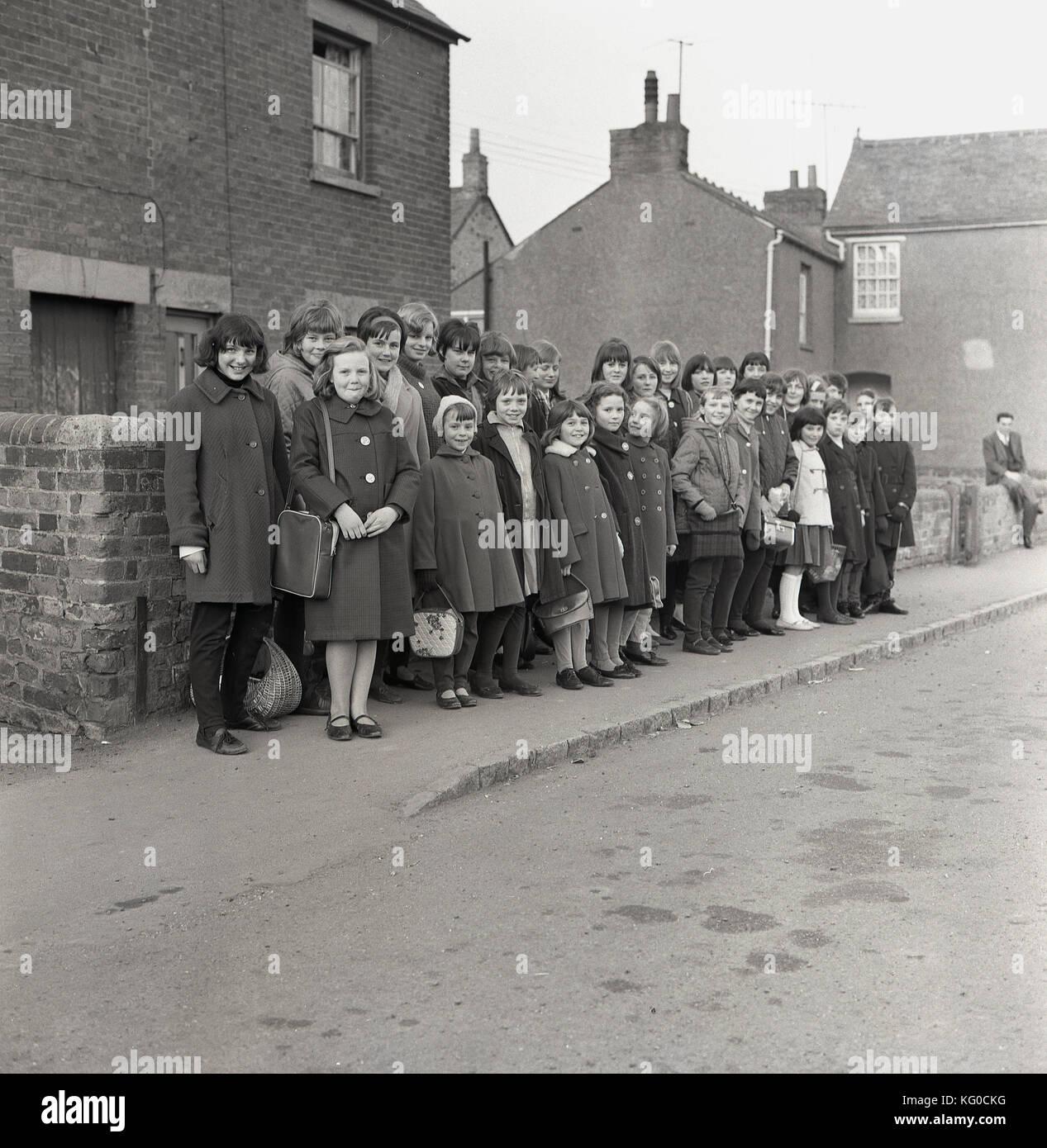 1950, histórico, post-ww2 Gran Bretaña y un grupo de niños entusiastas de distintas edades Espere Imagen De Stock