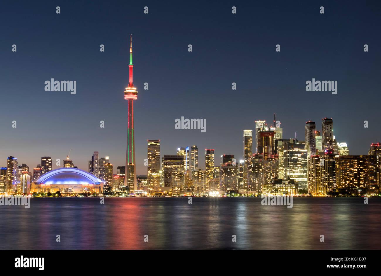 Horizonte de Toronto con la Torre CN en la noche, desde la isla de Toronto, Toronto, Ontario, Canadá Imagen De Stock