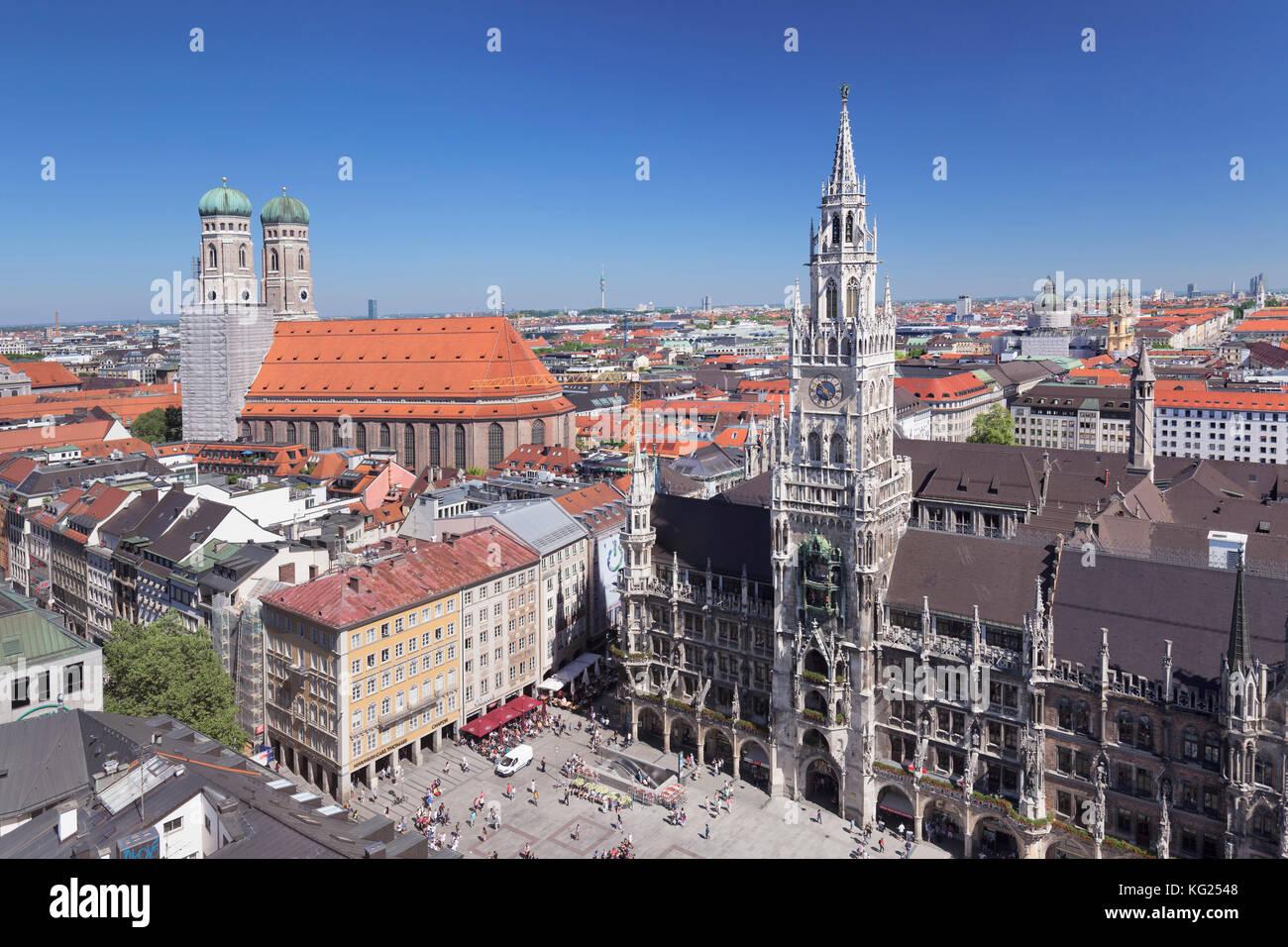 La plaza Marienplatz con el ayuntamiento (Neues Rathaus) y la iglesia Frauenkirche, Munich, Baviera, Alemania, Europa Imagen De Stock