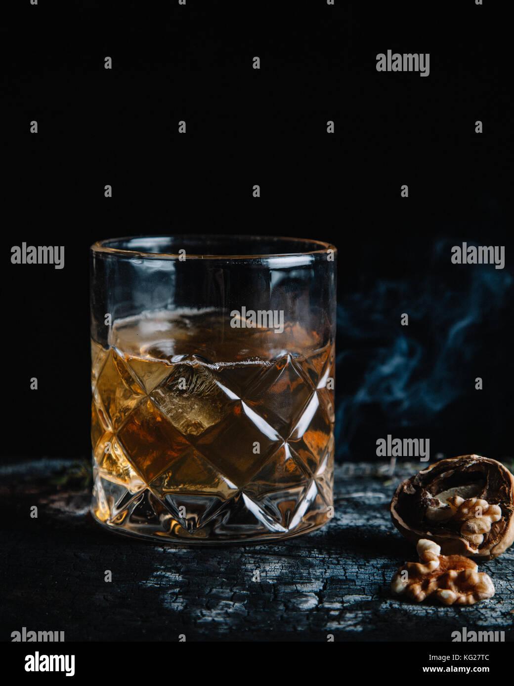 Old Fashioned cocktail sobre fondo oscuro Imagen De Stock