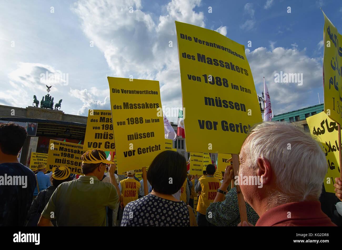 Las personas que protestaban tp recuerde el 1988 masacre de presos políticos en Irán, Berlín, Alemania Imagen De Stock