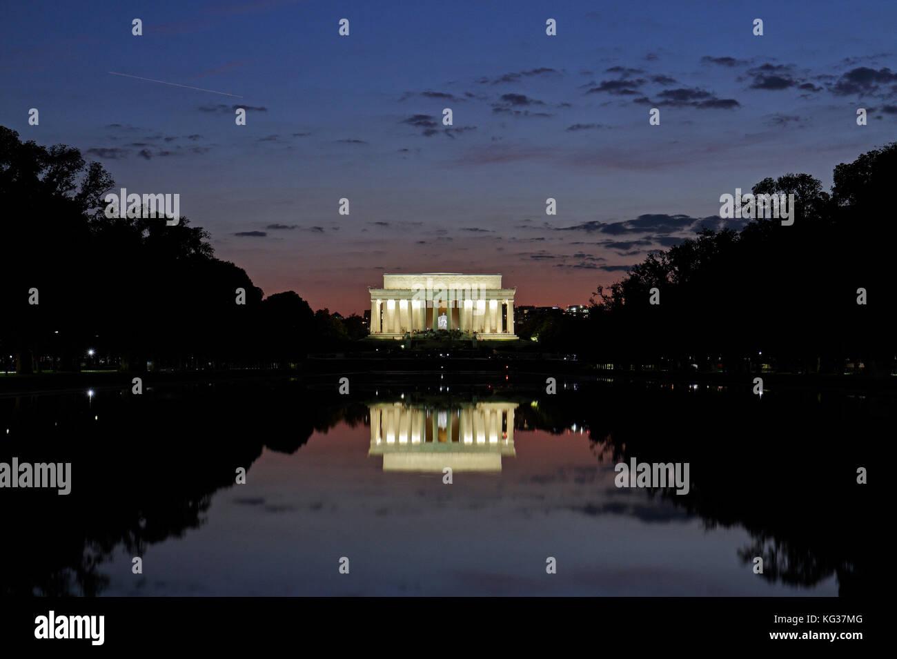 Puesta de sol en la piscina reflectante y el Lincoln Memorial, Washington DC, Estados Unidos de América. Imagen De Stock
