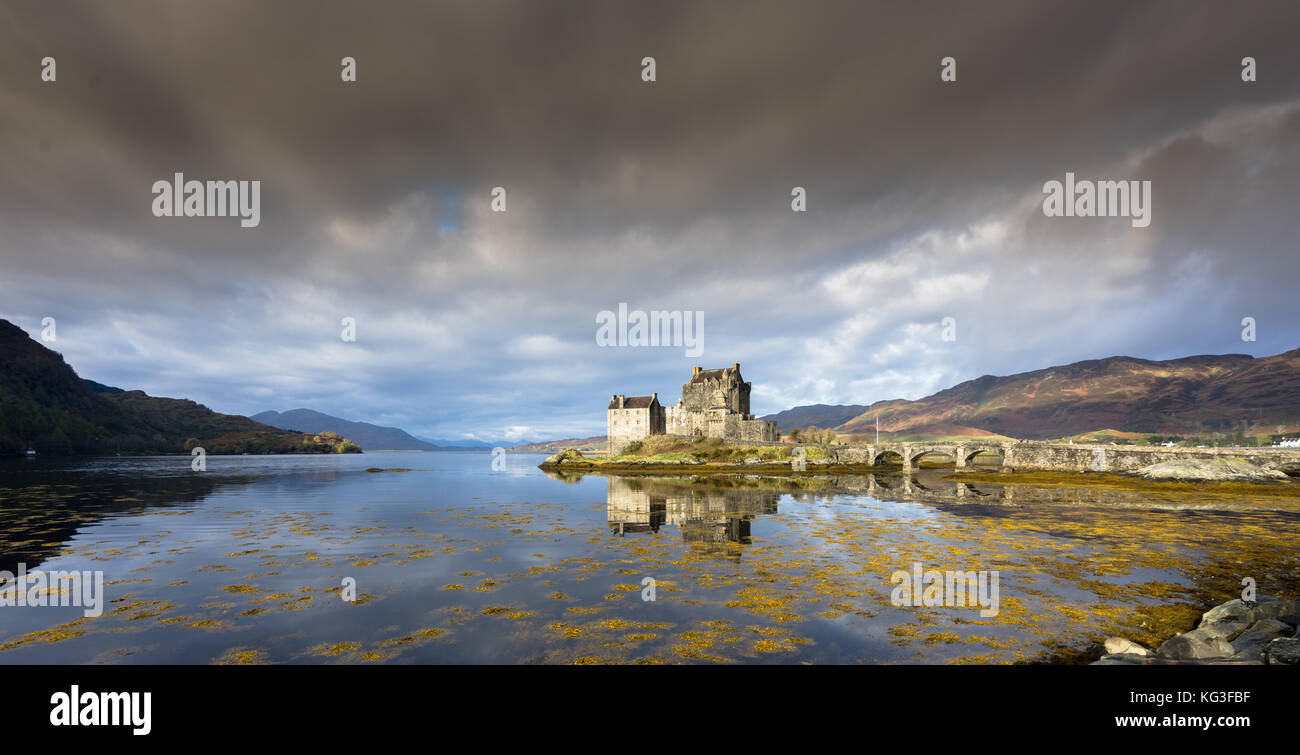 Castillo de Eilean Donan con reflexiones, Highlands, Escocia Foto de stock