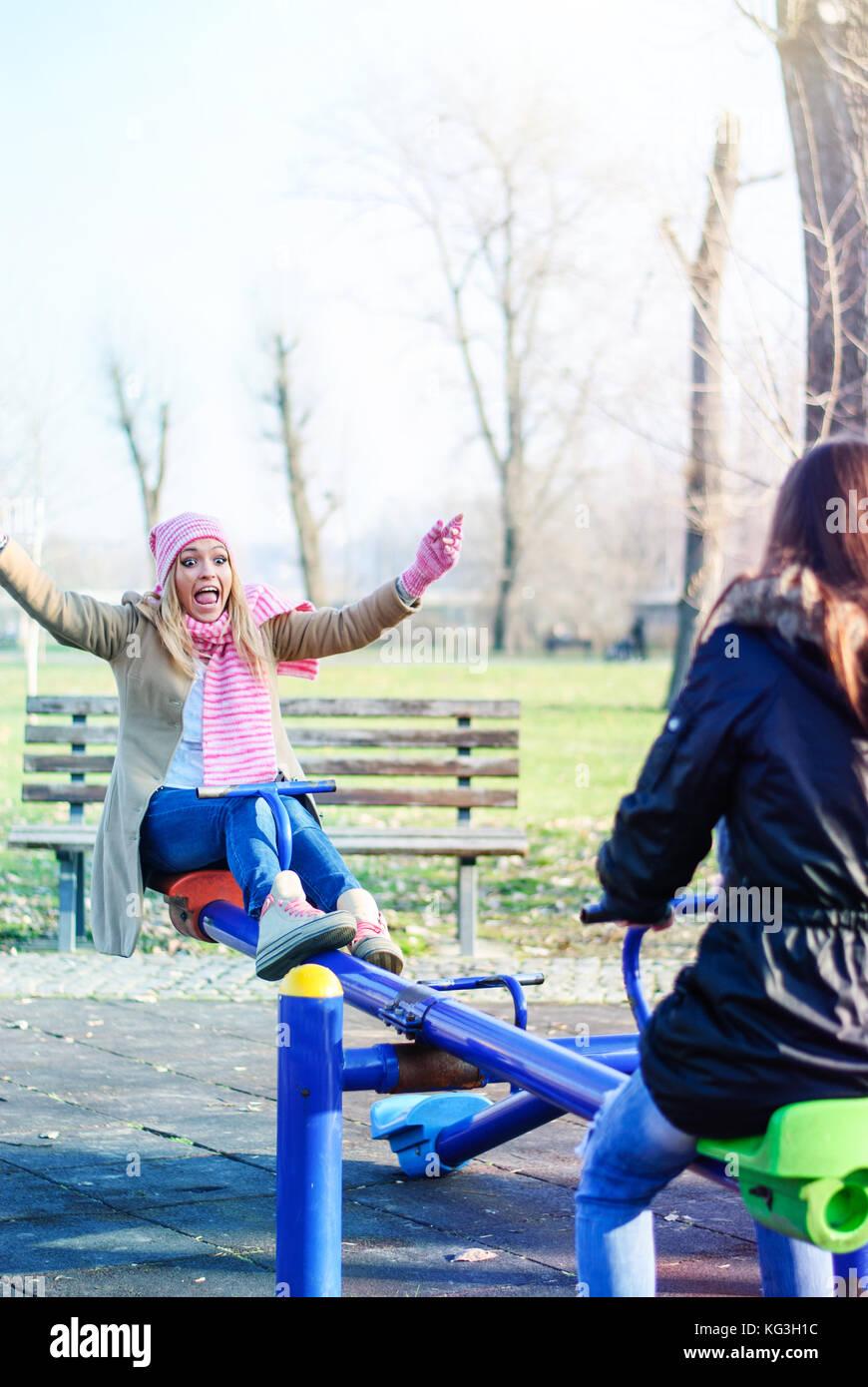 Dos adolescentes colgar hacia fuera en el patio Imagen De Stock