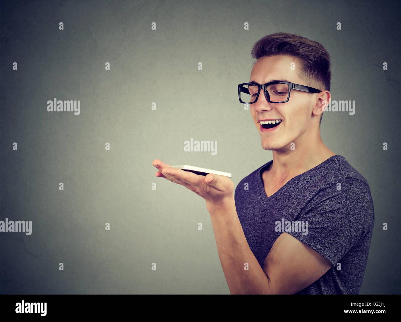 Concepto de reconocimiento de voz. Comunicación de manos libres. El hombre utilizando teléfonos inteligentes. Imagen De Stock