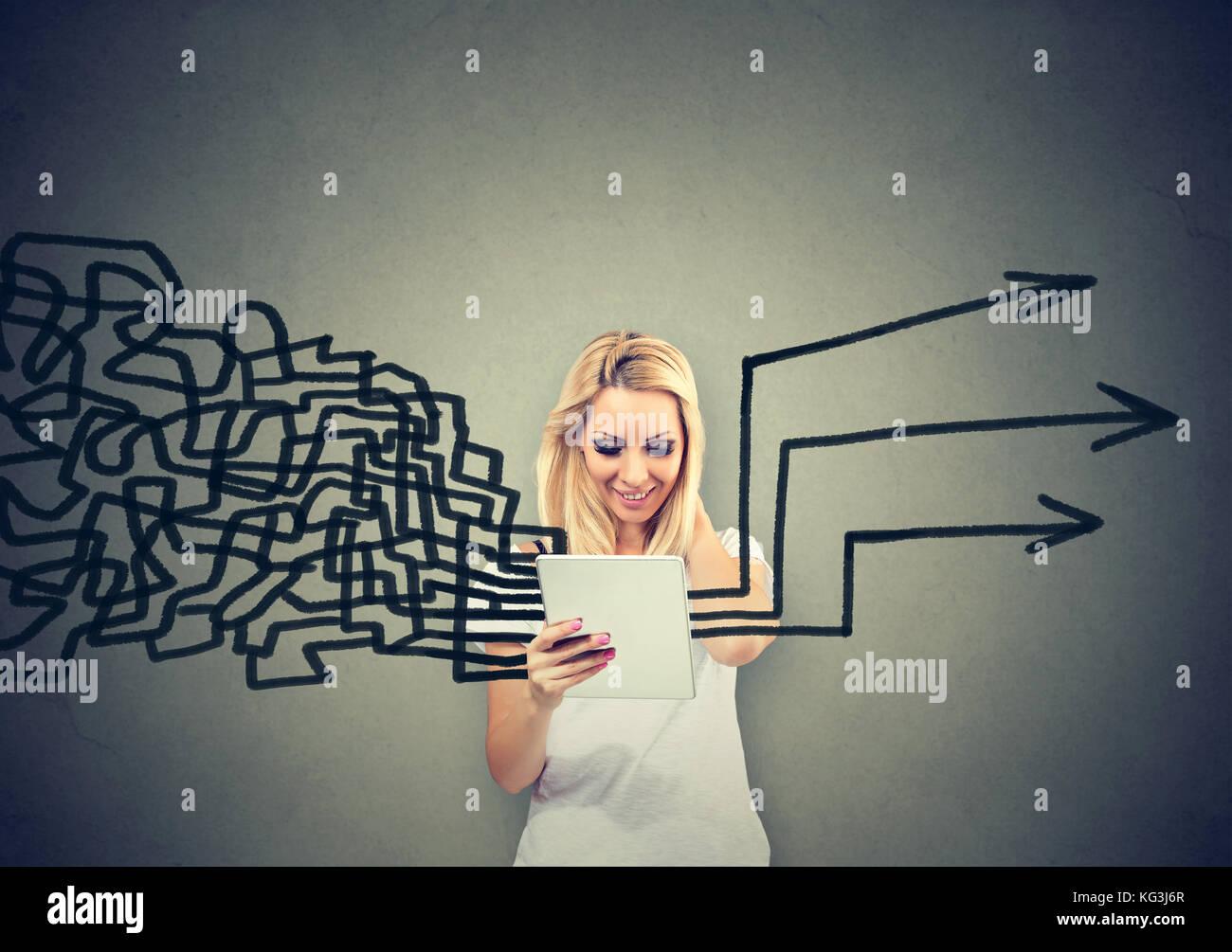 Mujer con tablet pc obteniendo sus pensamientos juntos en la planeación aislado sobre fondo de pared gris Imagen De Stock