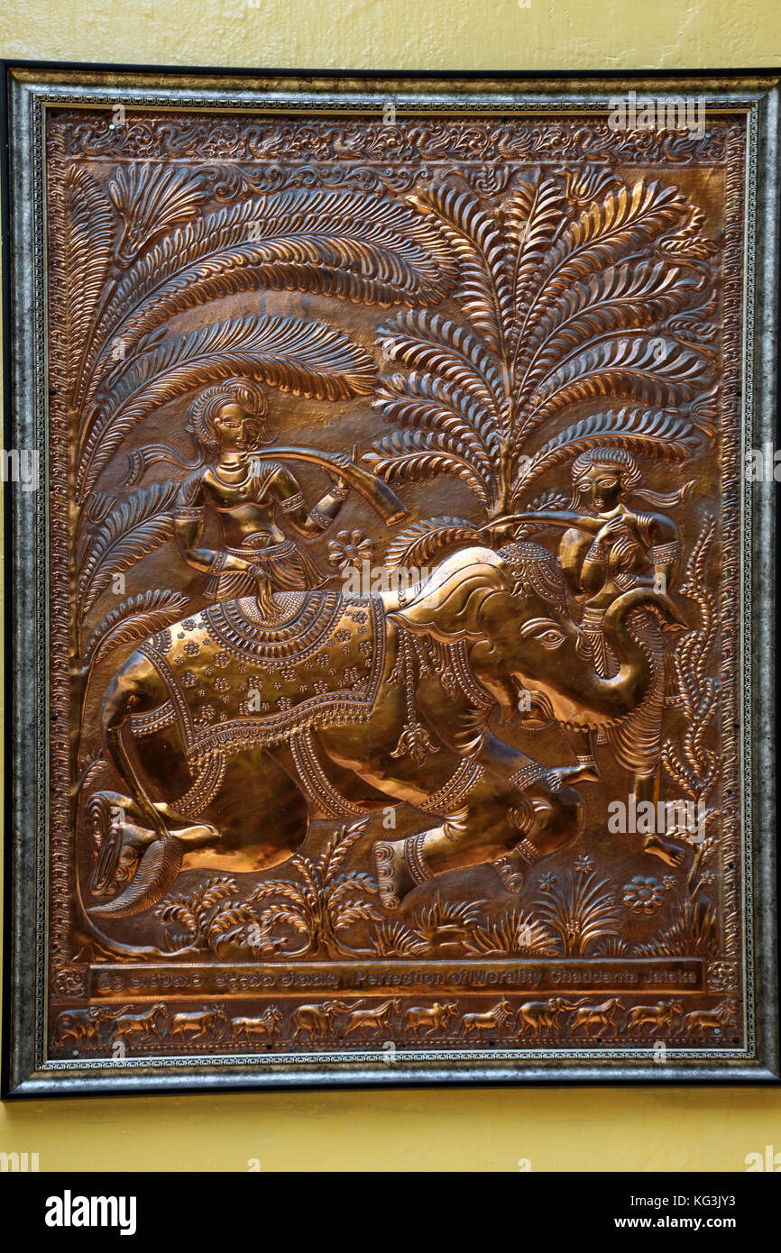Colombo, Sri Lanka, Isla de esclavos Templo Gangaramaya tallado cobre la perfección de la moralidad Chaddanta Imagen De Stock