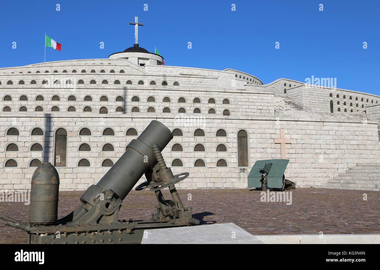Vicenza, vi, Italia - 8 de diciembre de 2015: memorial de guerra de la primera guerra mundial llamado Sacrario Militare del monte Grappa. Las tumbas de los soldados murió italiano con Foto de stock
