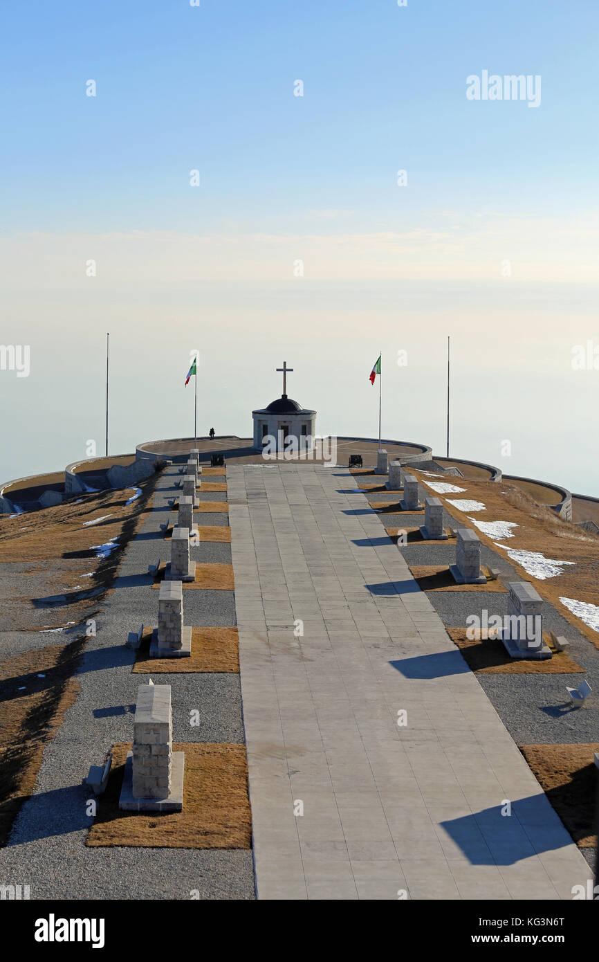 Vicenza, vi, Italia - 8 de diciembre de 2015: memorial de guerra de la primera guerra mundial llamado ossario del monte Grappa. larga carretera principal Foto de stock