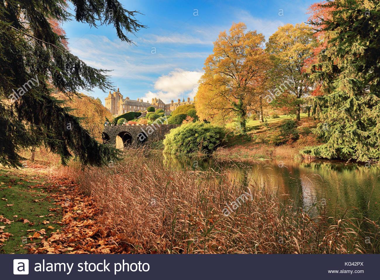 Árbol de otoño reflexiones de un estanque en Drummond Castle Gardens. Crieff, Perth y Kinross. Foto de stock