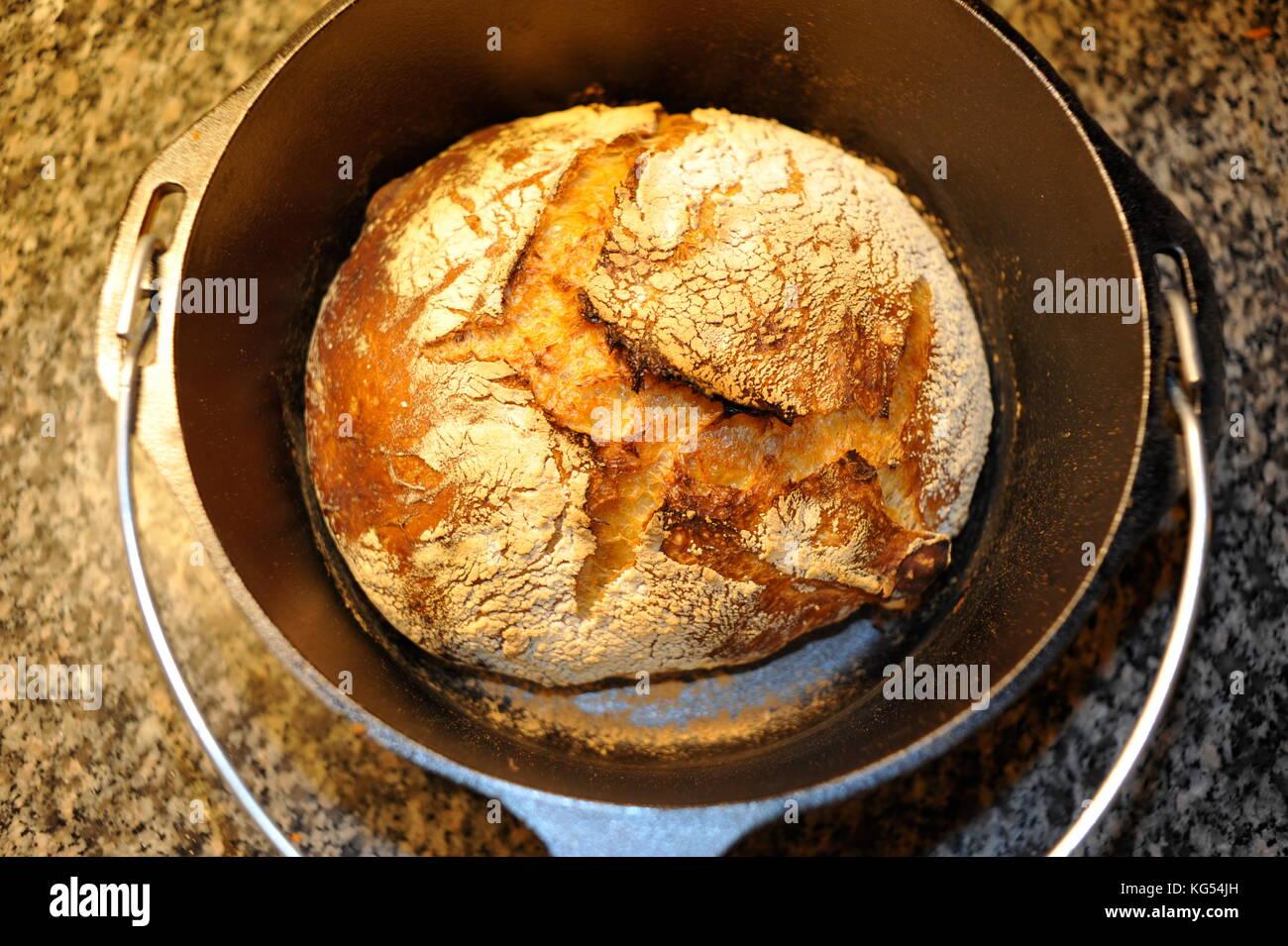 Fresco pan crujiente pan casero artesanal en un horno for Horno de hierro fundido