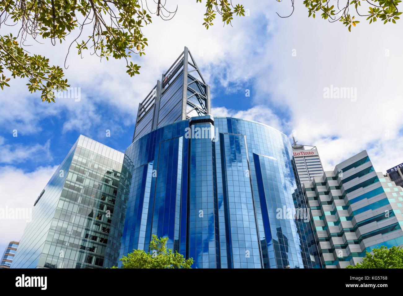 Árbol rascacielos enmarcadas de Perth cbd incluyendo BHP Billiton y ...