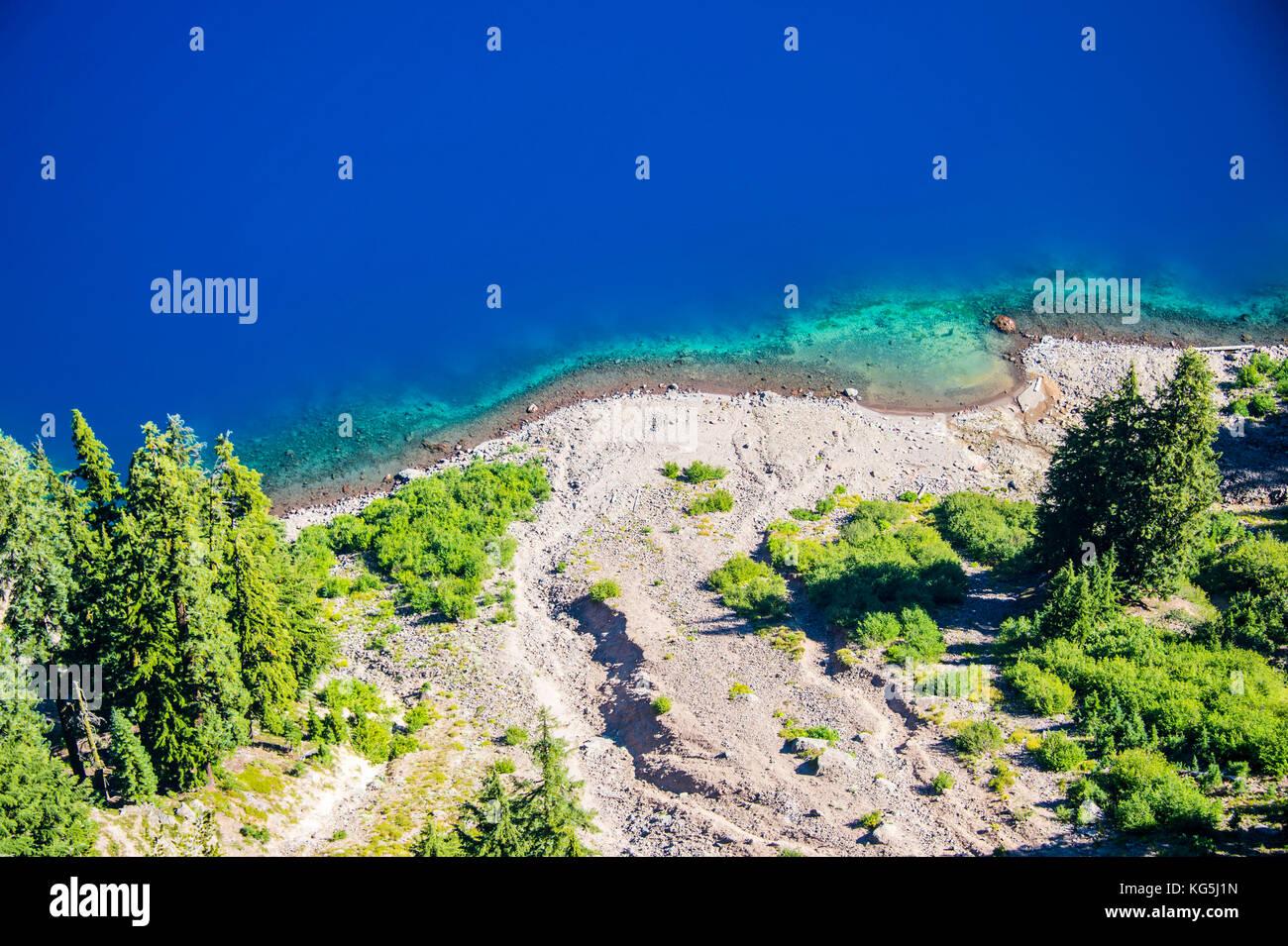 Agua azul oscuro en la gran caldera del parque nacional de Crater Lake, Oregón, EE.UU. Imagen De Stock