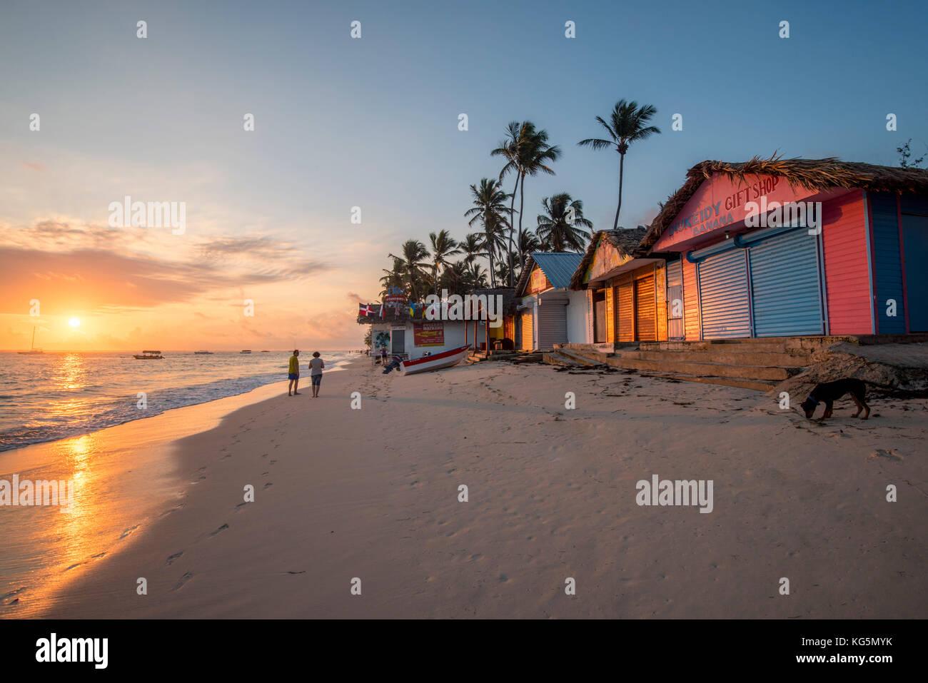 Playa Bavaro Higuey, Bávaro, Punta Cana, República Dominicana. Las casetas de playa al amanecer. Imagen De Stock