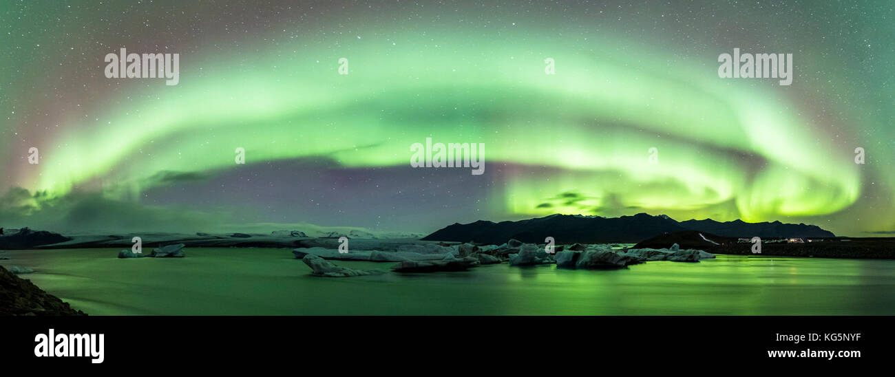 Jokulsarlon, este de Islandia, Islandia, el norte de Europa. las luces del norte sobre la laguna del glaciar Foto de stock