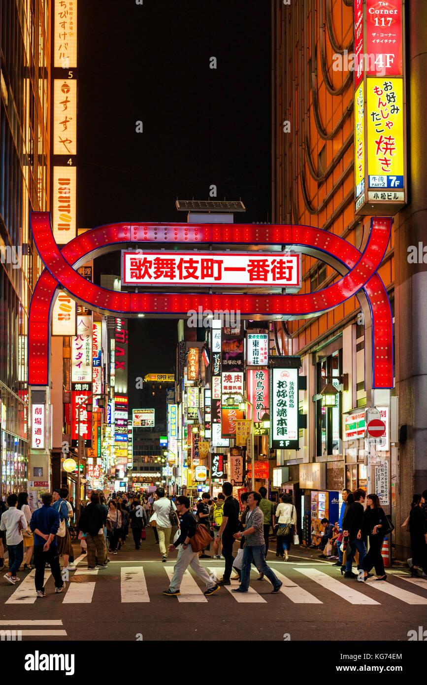 Una de las entradas de Kabukicho, el famoso distrito de entretenimiento de Shinjuku en Tokio Imagen De Stock