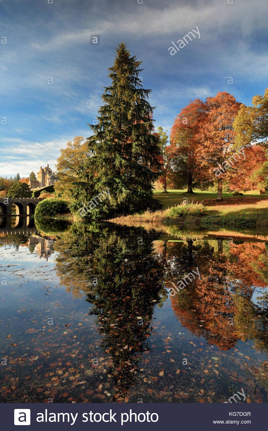 Árboles de reflexionar sobre un estanque de Drummond Castle Gardens con el color del otoño en plena floración.Crieff, Foto de stock