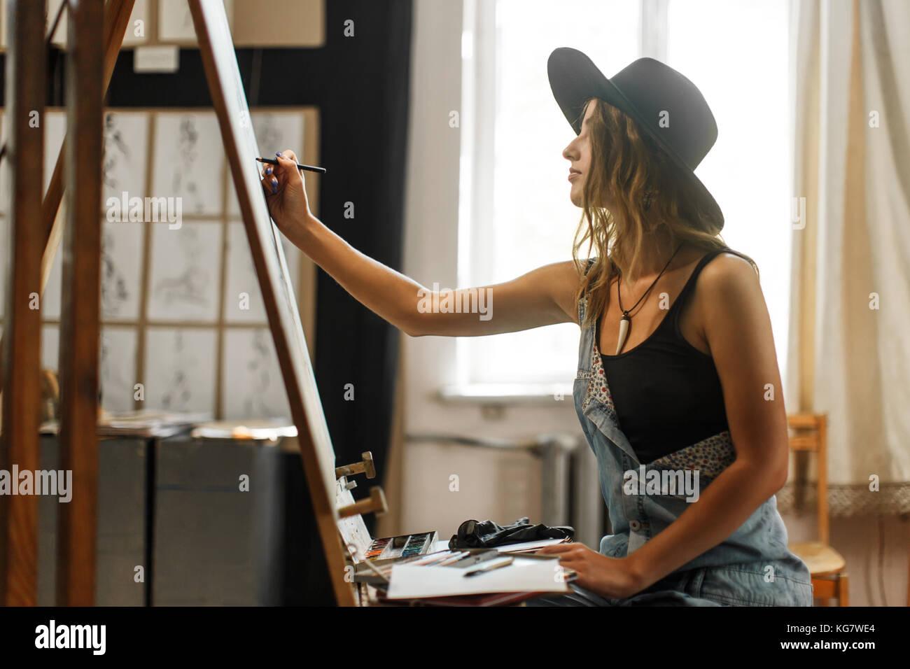 Proceso de dibujo del artista en el studio Imagen De Stock