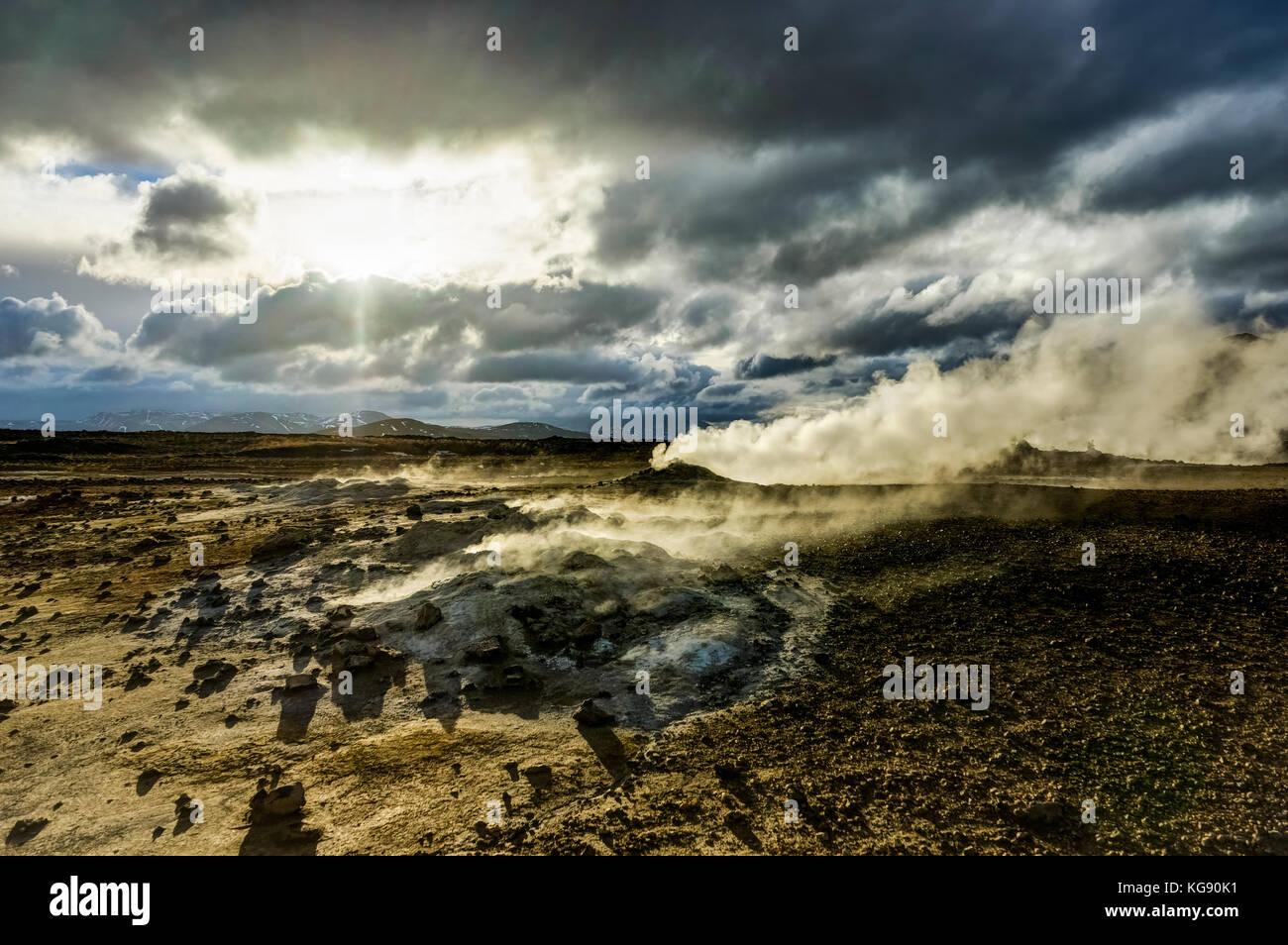 Hverir área geotérmica cerca de Myvatn Islandia con las nubes y el cielo un Foto de stock