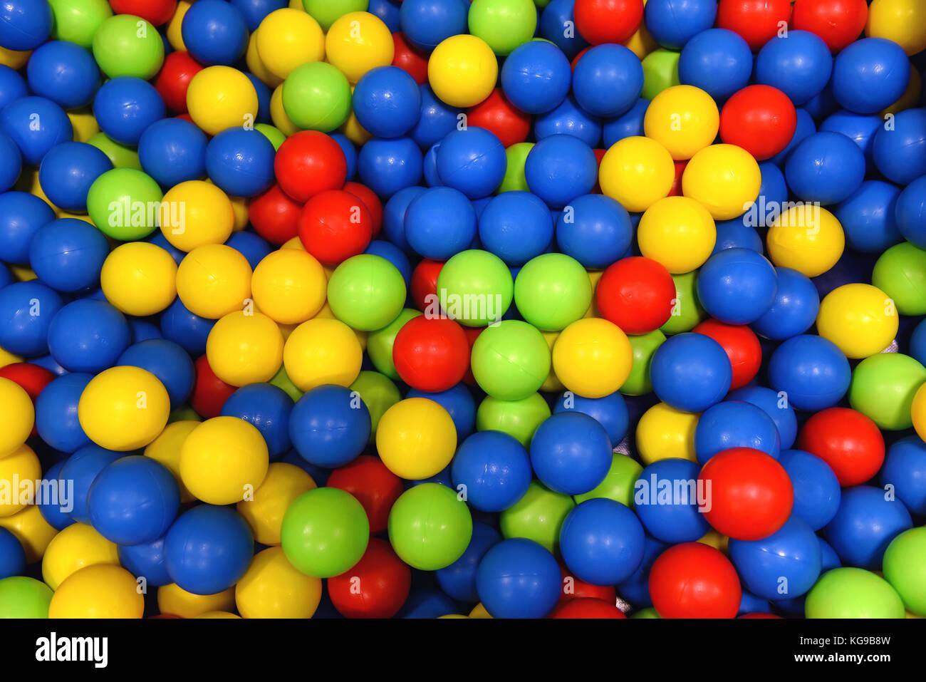 Bolas de colores para niños juegos. Es divertido y seguro, los niños ...