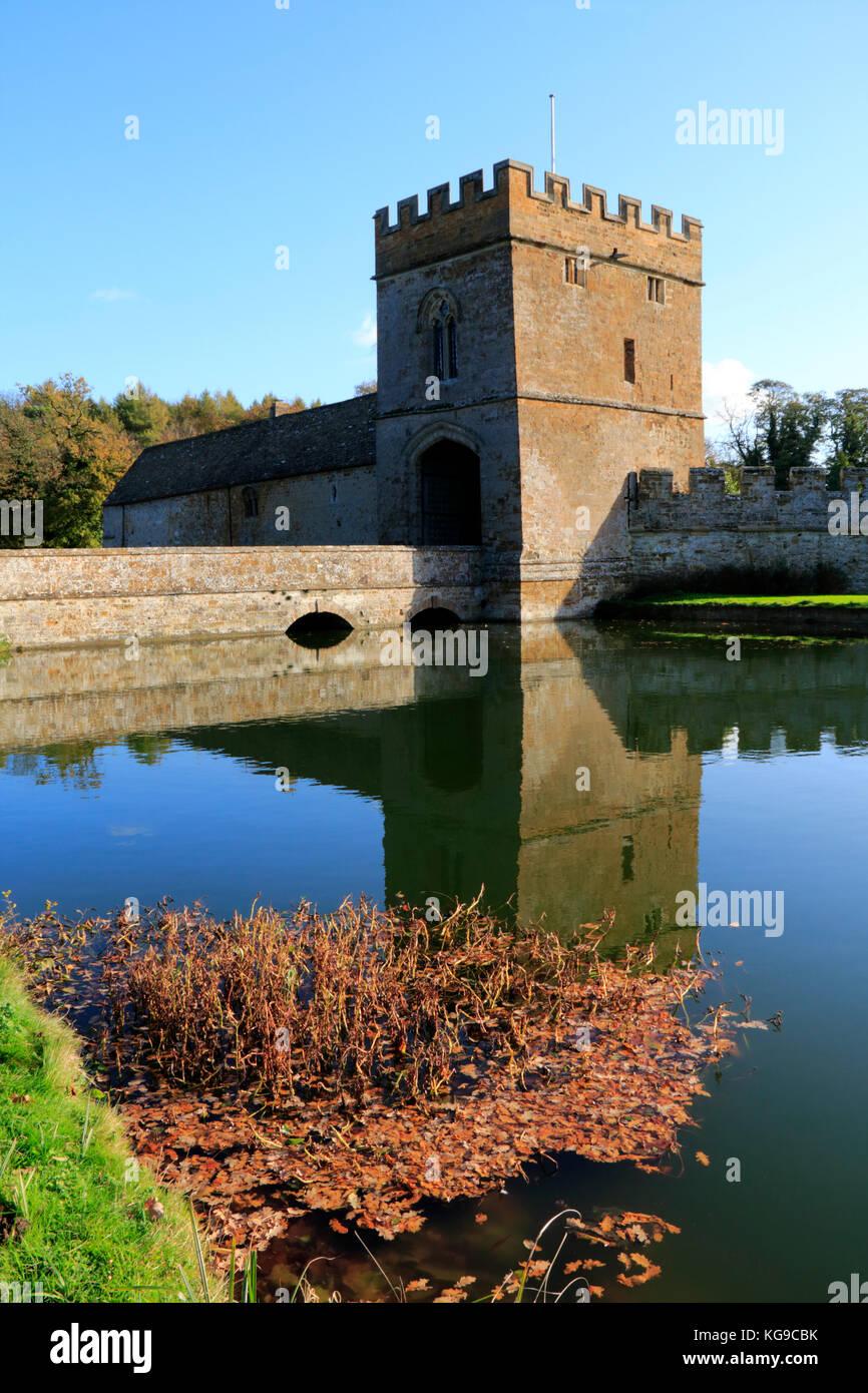 Otoño los árboles en terrenos en Broughton Castle cerca de Banbury, Oxfordshire Imagen De Stock