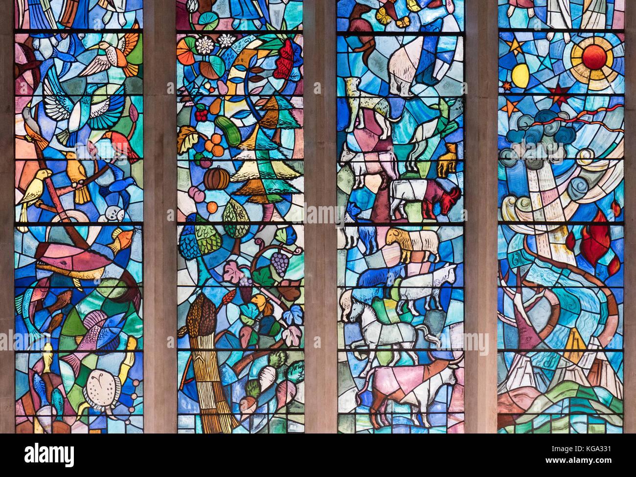 Vitrales con animales y cultivos en la universidad agrícola real capilla, Cirencester, Gloucestershire, Inglaterra, Imagen De Stock