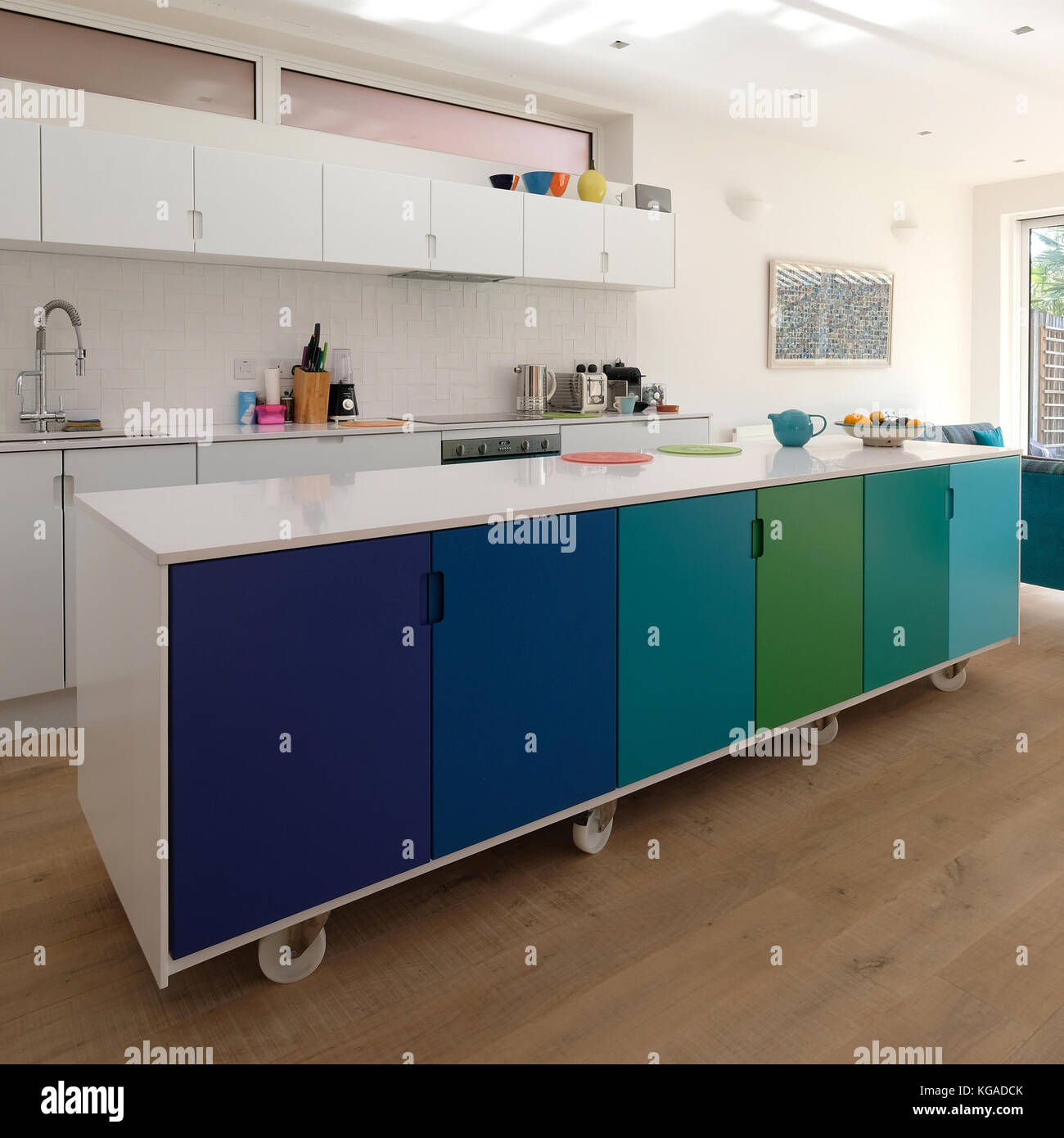 Isla de cocina móvil sobre ruedas orientables, diseño retro pintado ...