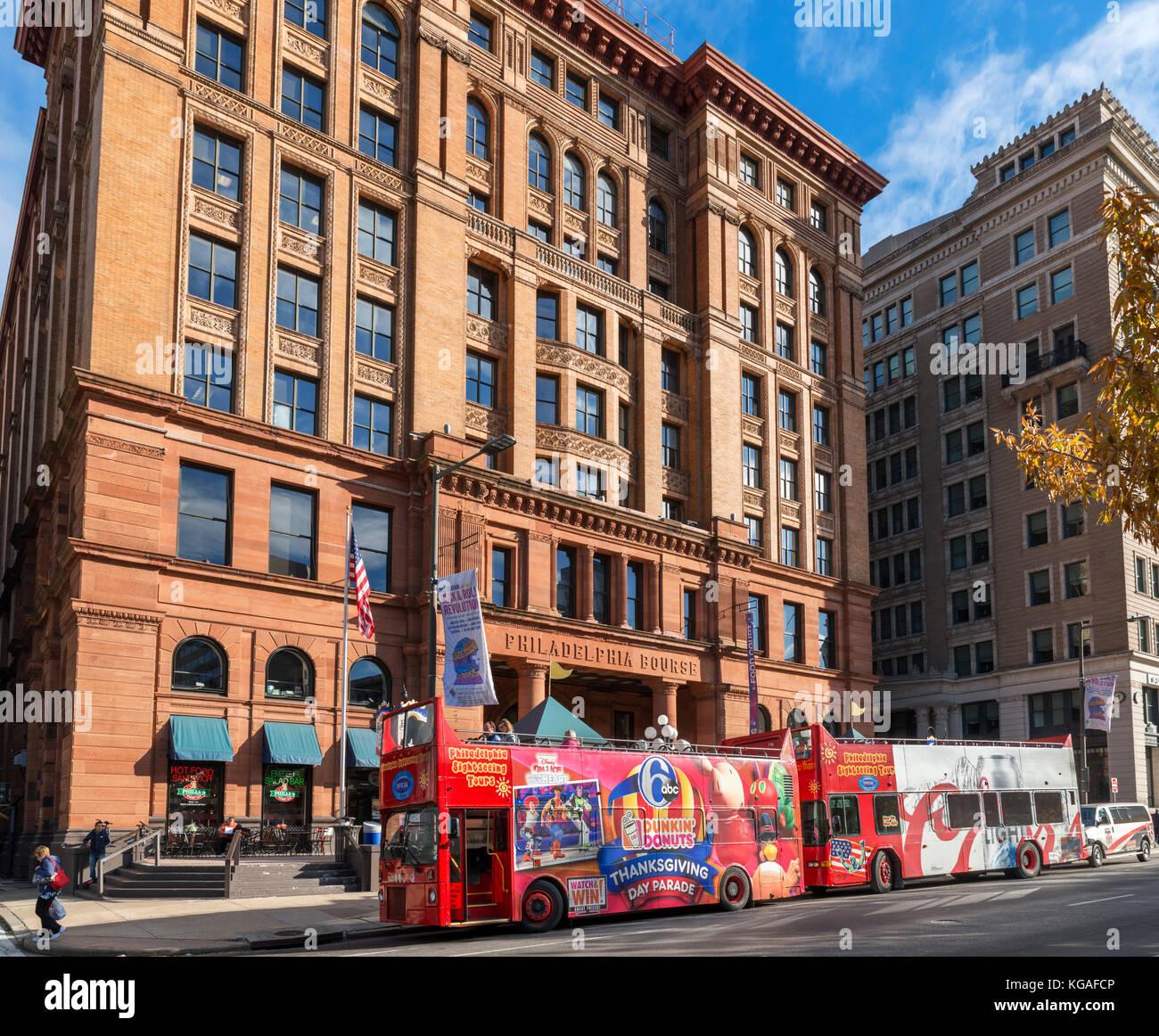 Excursión autobuses estacionados fuera del edificio de la bolsa de Filadelfia, Filadelfia, Pennsylvania, EE.UU. Imagen De Stock