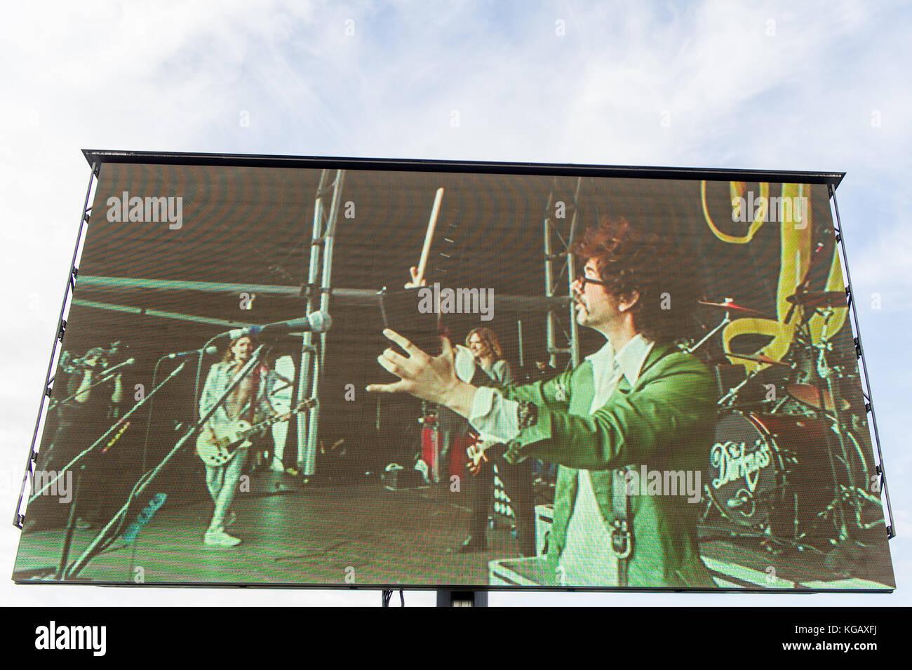 Rock Band la oscuridad en la pantalla grande como desempeñó su live set en Godiva Festival, Coventry, Imagen De Stock