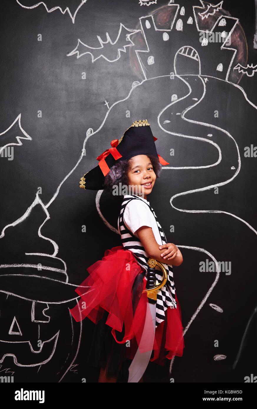 Raza mixta niña en traje de pirata Imagen De Stock