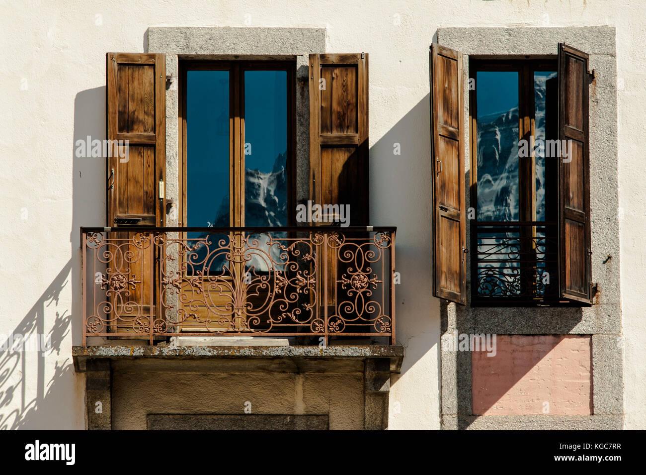 Fachada clásica de chamonix apartamento con una barandilla de hierro ...