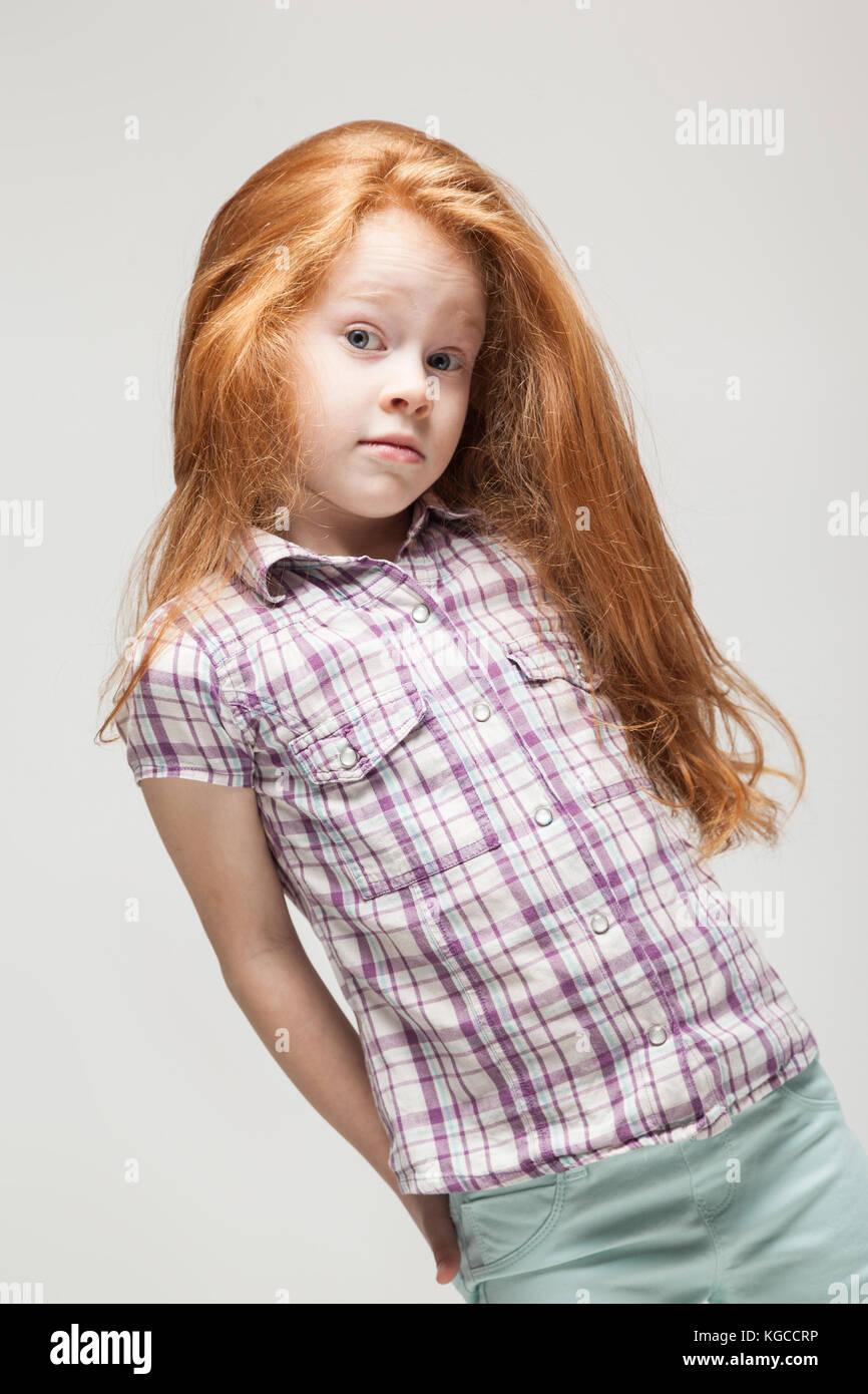 3a888c7be Bonita pelirroja niña en raso azul brillante camisa