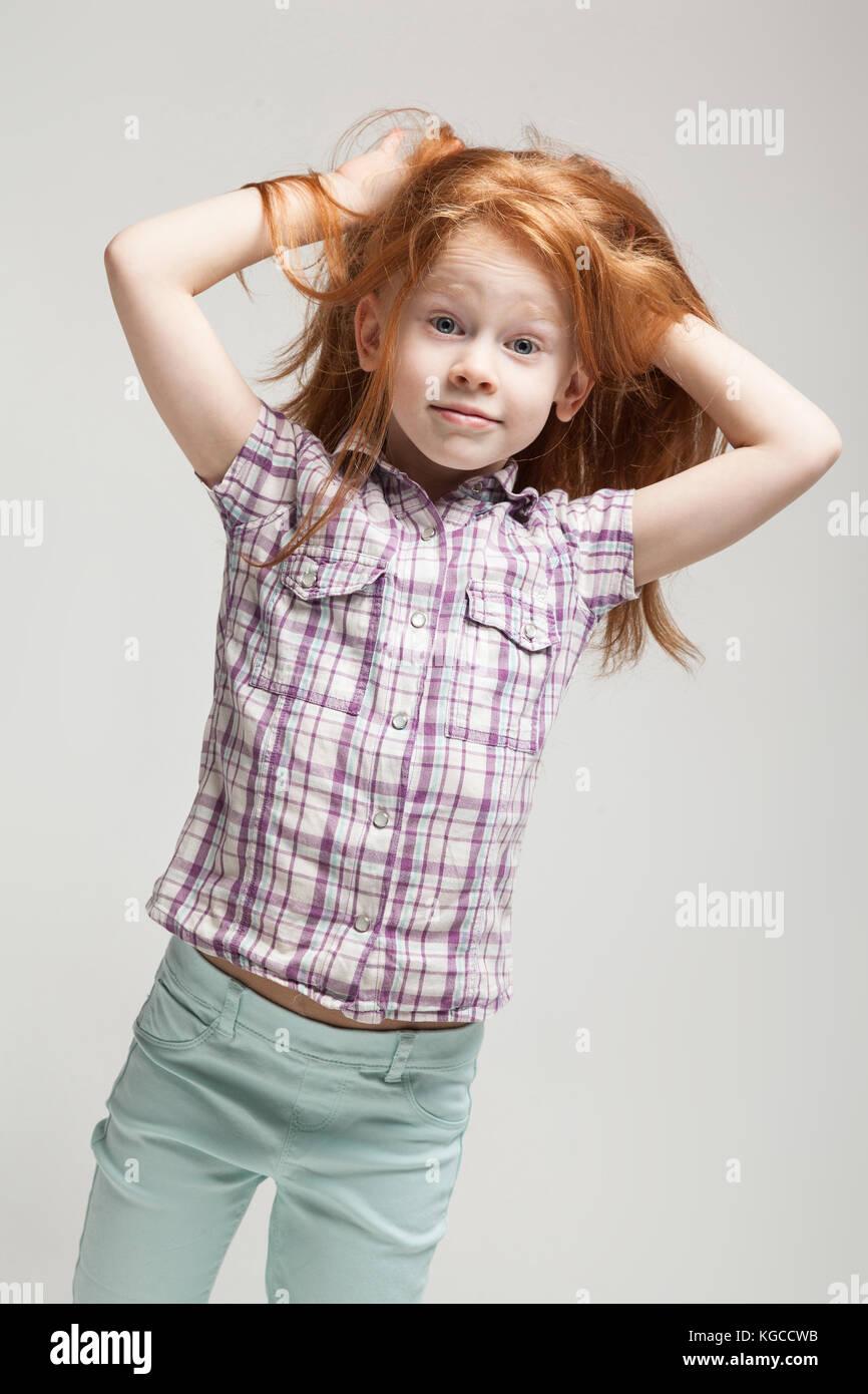 519bc470d Pelirroja hermosa niña en raso azul brillante camisa