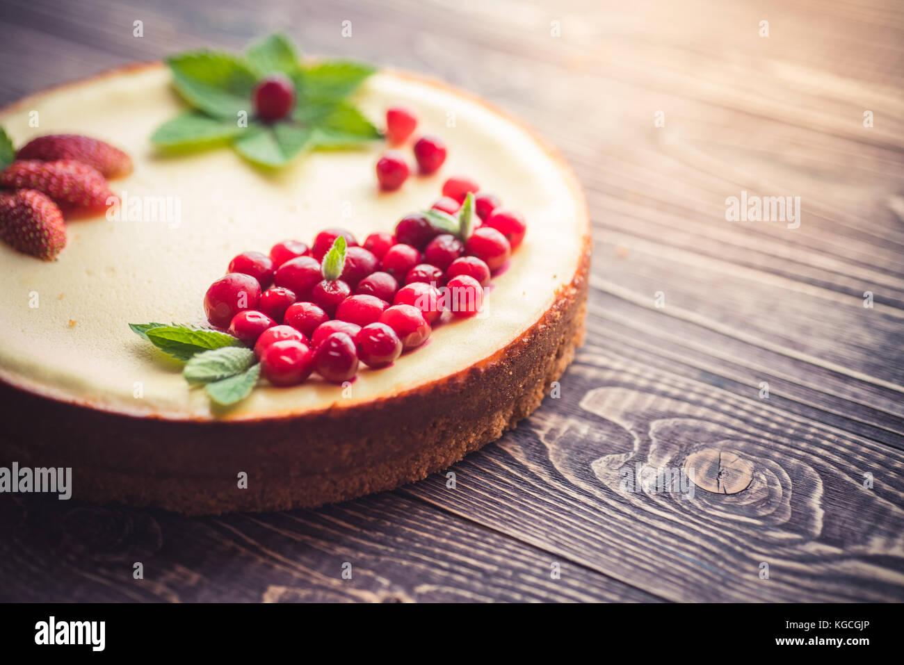 Cheesecake con bayas frescas sobre un fondo de madera. Espacio de copia Imagen De Stock