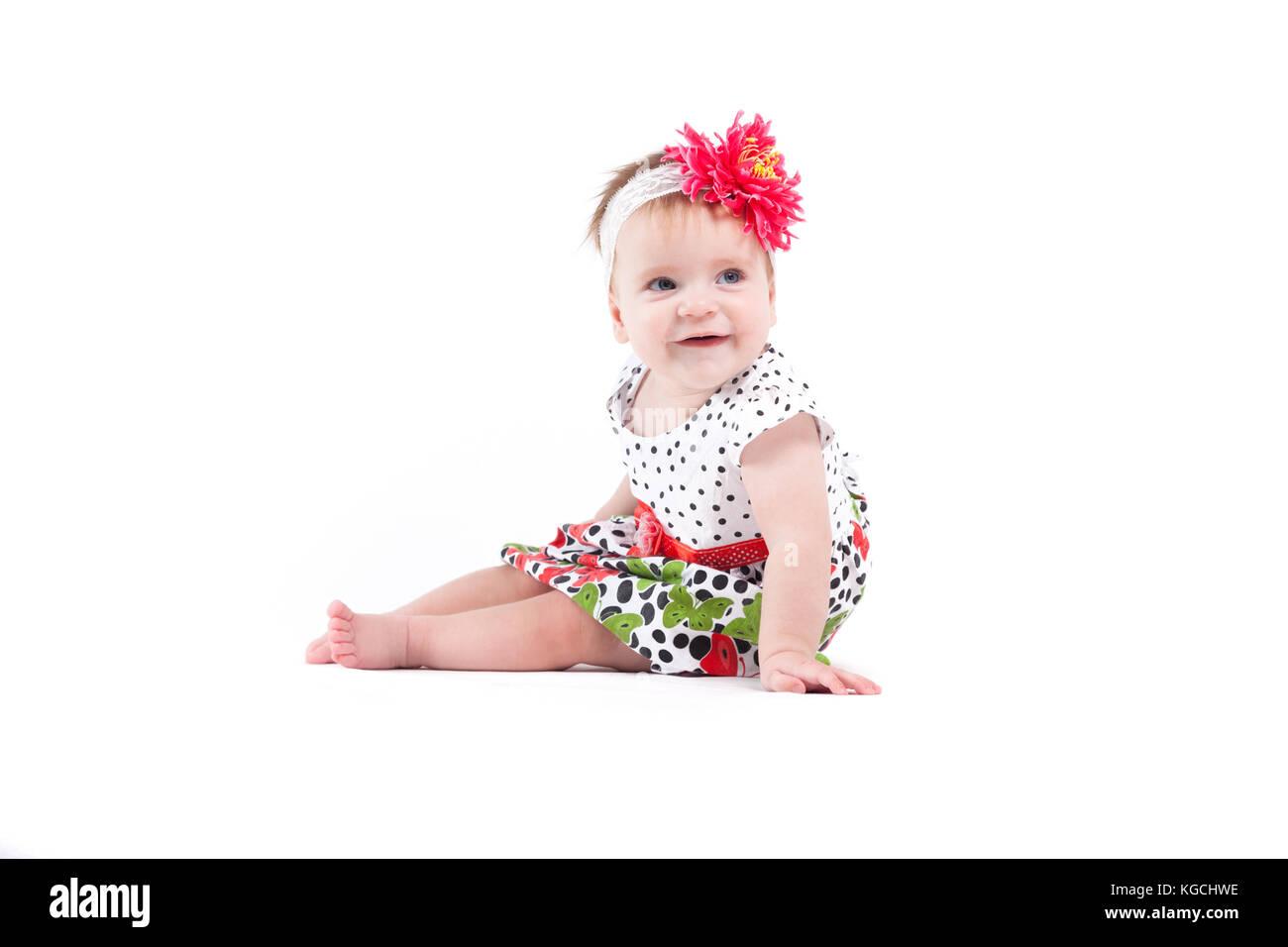 33175a757 Linda niña hermosa en dot vestido rojo con mariposas y w Foto ...