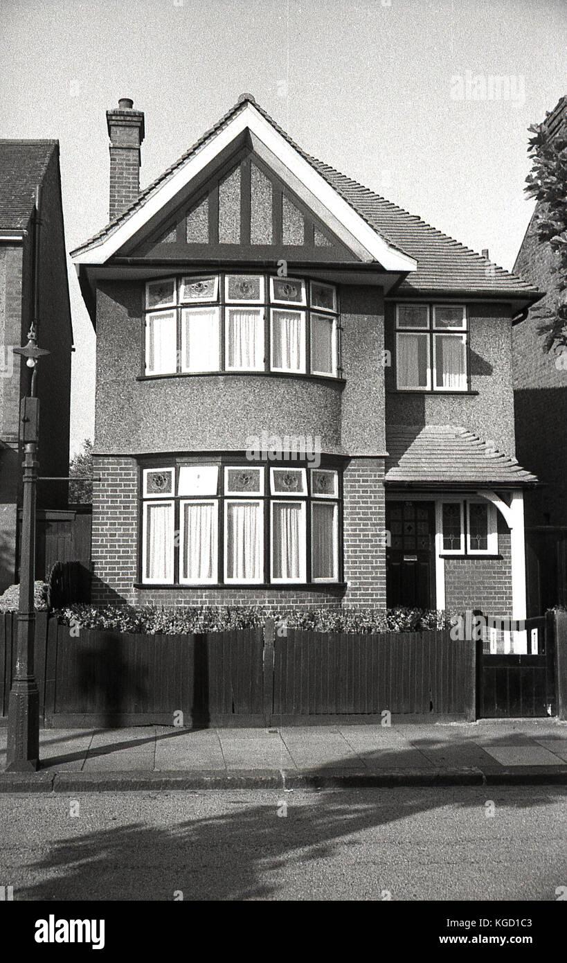 1940, Inglaterra, vista exterior de una casa unifamiliar bien construida en los suburbios. Construido en un estilo Foto de stock