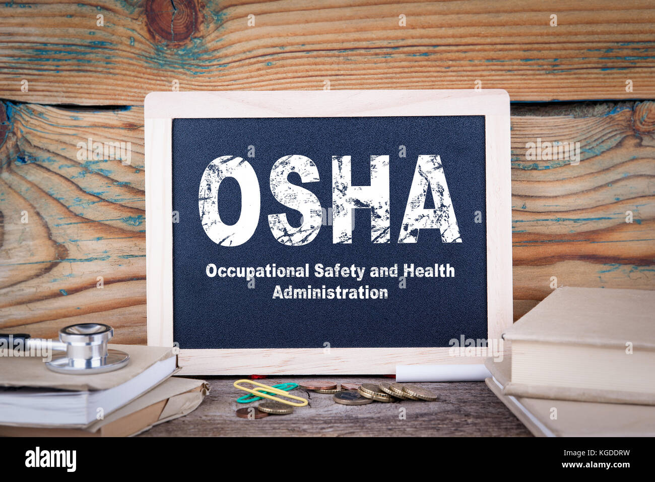 Osha, administración de salud y seguridad ocupacional en una pizarra de fondo de madera Imagen De Stock