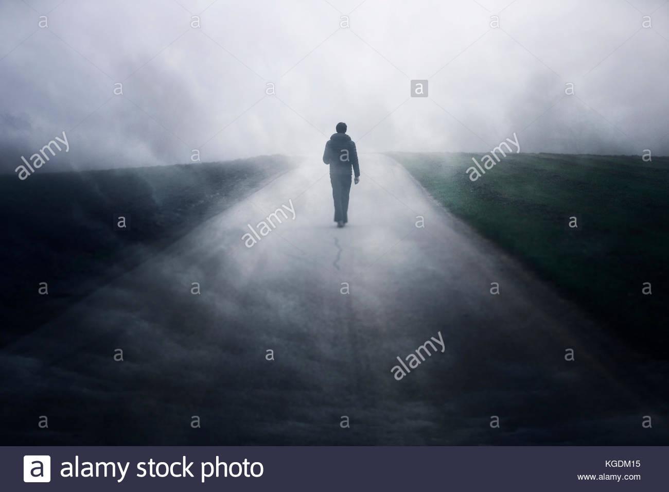 hombre solo en la oscuridad