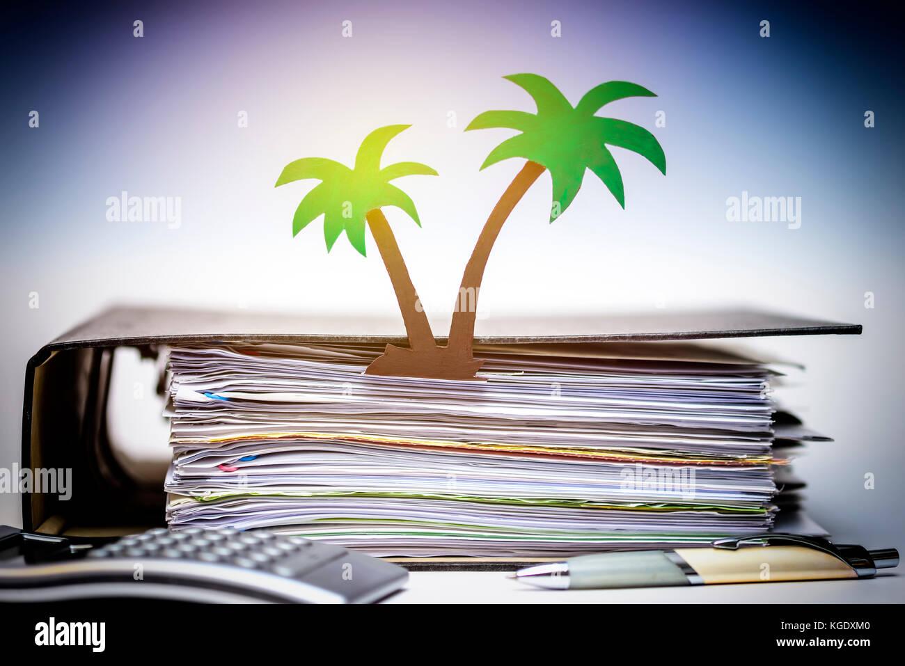 Palmera de papel y carpeta de archivos, documentos del paraíso Imagen De Stock