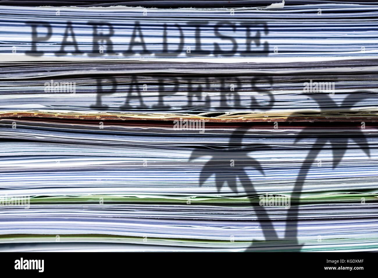 La sombra de una palmera en una pila de papeles, paraíso de papel Imagen De Stock
